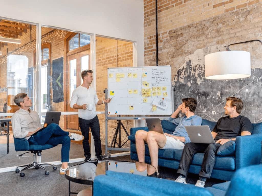 Abogados-planificando-estrategias-de-negocio